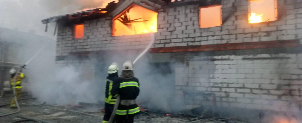 Пожежа у котеджному містечку «Лагуна» – вогонь знищив покрівлю та стіни будівлі. Фото