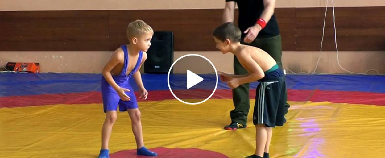 За звання чемпіона Борисполя з вільної боротьби змагалися 70 спортсменів. Відео