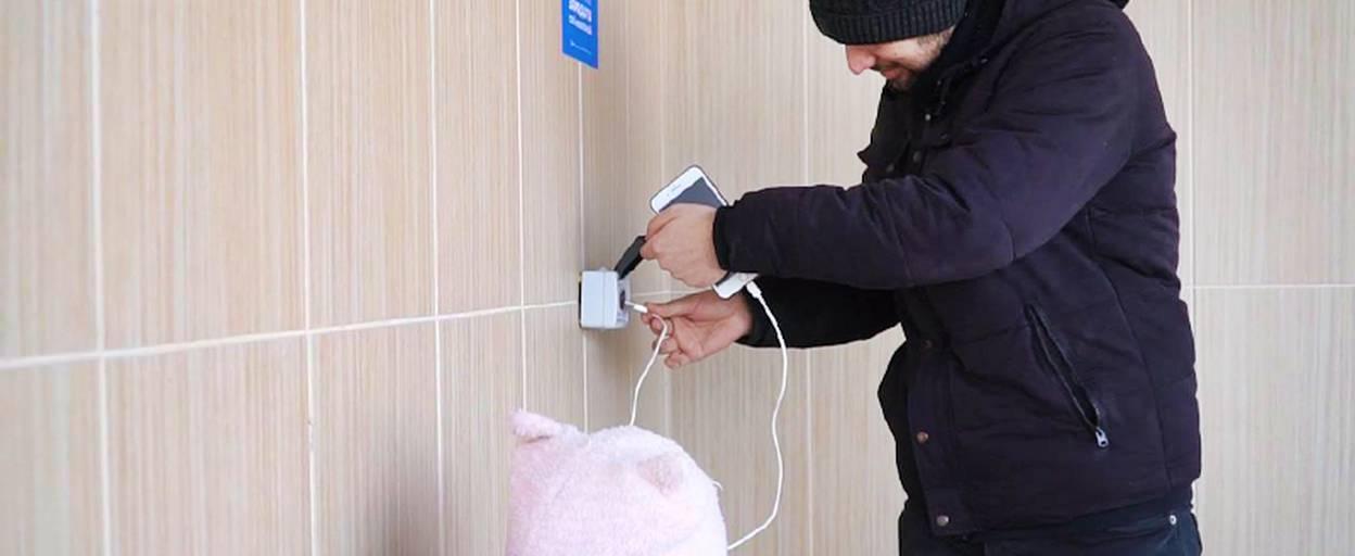 Вандали пошкодили USB-розетки, встановлені на зупинках міста для підзарядки гаджетів. Відео