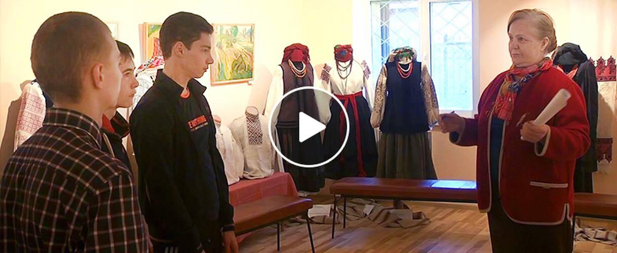 Стародавній одяг українських жінок: для школярів Борисполя провели екскурсію музеєм. Відео