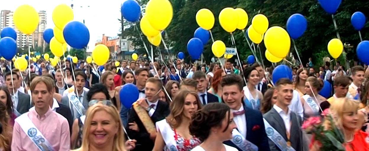 Вишукані вбрання та урочиста хода: Бориспіль відпустив у доросле життя 298 випускників. Відео