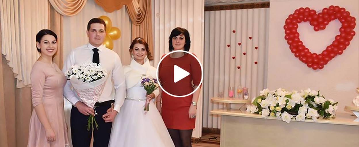 «Кохання поза часом»: у Борисполі в День святого Валентина одружилися 10 пар. Відео