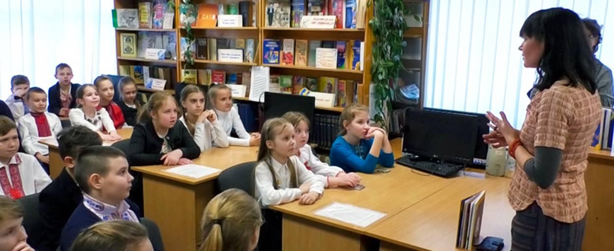 Відома письменниця Дзвінка Матіяш представила школярам Борисполя книгу «Казки П'ятинки». Відео