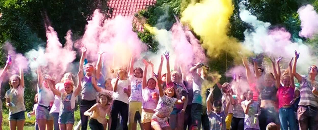 Кольоровий фестиваль: свято Холі втретє відбулося у Борисполі. Відео