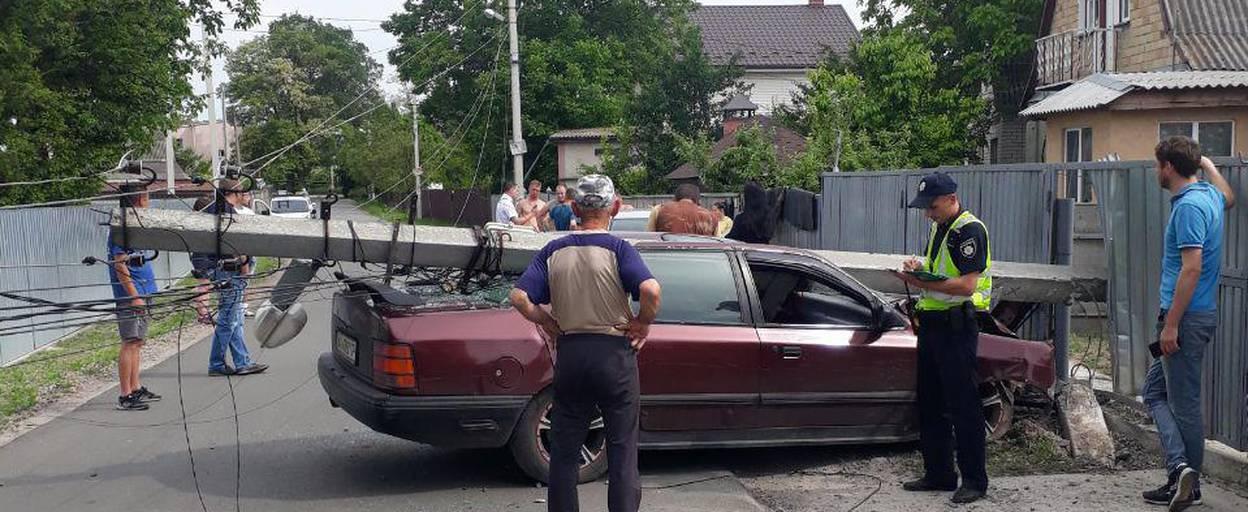 Водій напідпитку зніс електроопору та металевий паркан у Борисполі. Фото