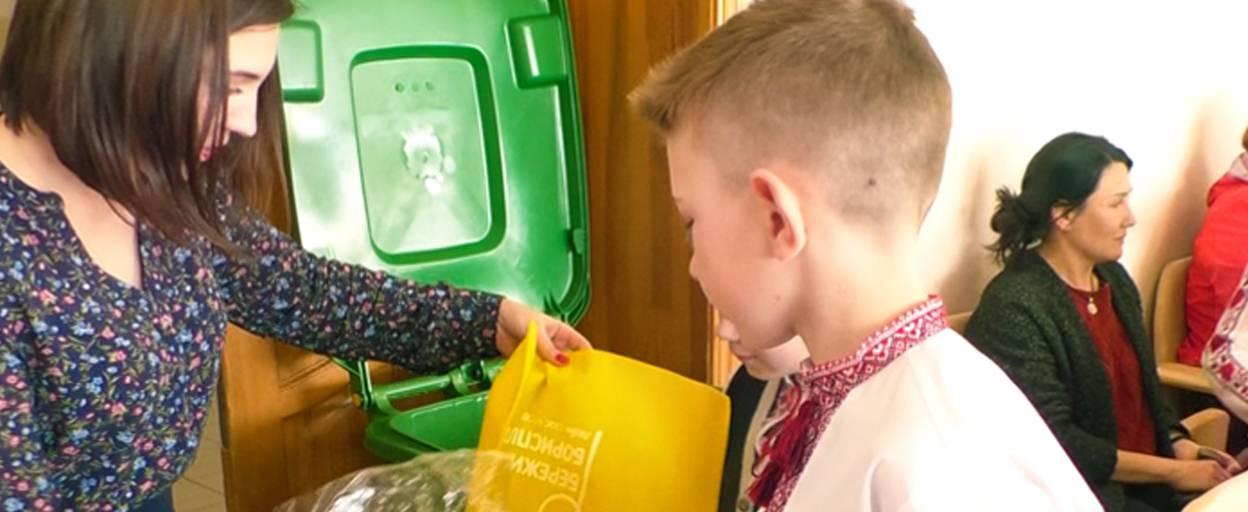 Еко-сумка в обмін на десять поліетиленових пакетів – така акція стартувала у шостій школі. Відео