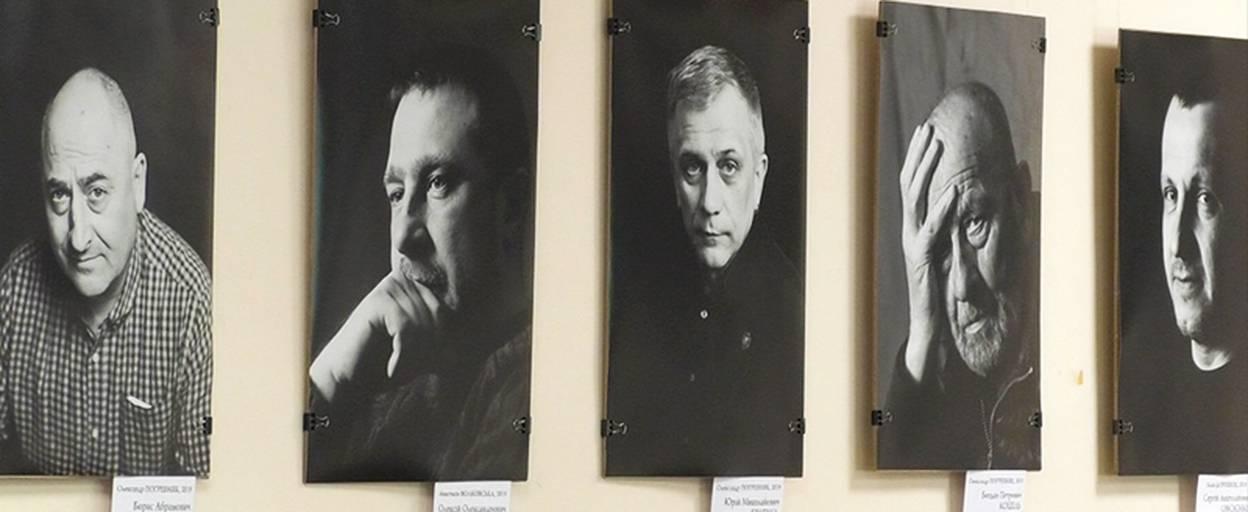 20 чоловіків: виставку чорно-білих портретів презентували у бібліотеці Борисполя. Відео