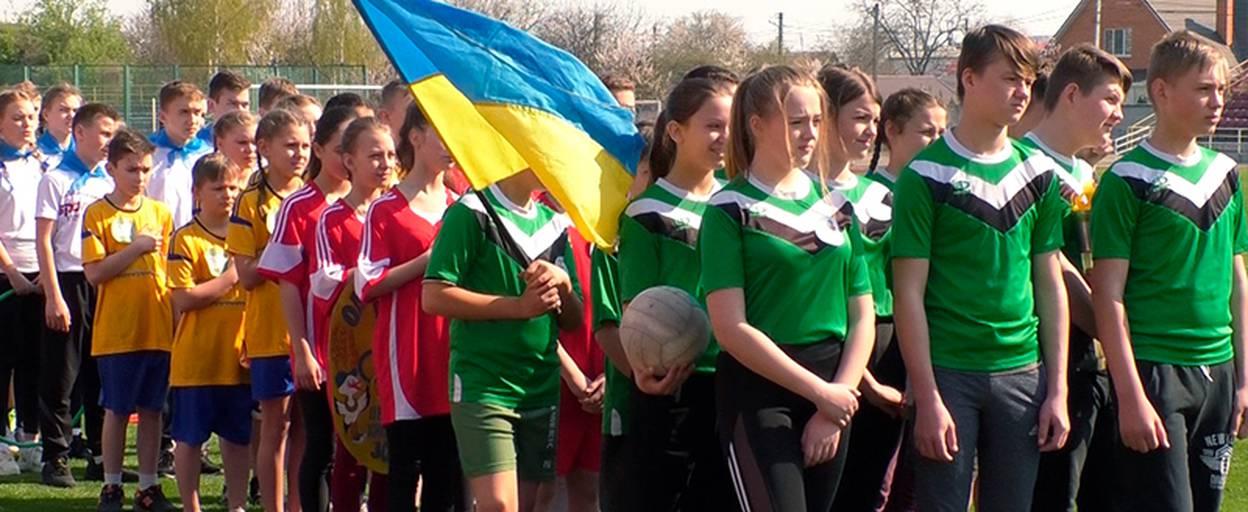 На стадіоні «Колос» 15 спортивних команд позмагалися у грі «Олімпійське лелеченя». Відео