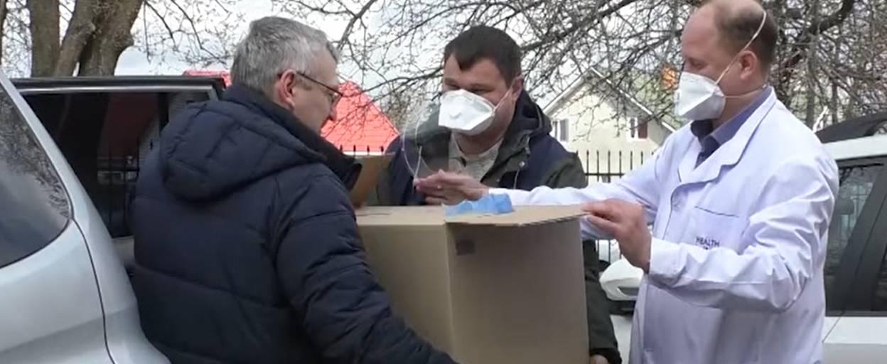 Народний депутат Олександр Федієнко передав Бориспільській лікарні близько сотні захисних масок з пластиковими екранами
