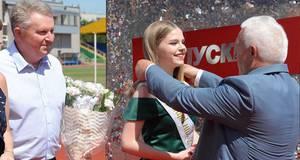 Відмінникам Борисполя урочисто вручили медалі на стадіоні
