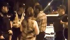 Патрульні силою затримали ймовірно п'яного водія, який вдарив полісмена в обличчя. Відео