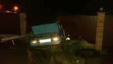 Нетверезий водій скоїв ДТП у Борисполі та втікаючи протаранив паркан приватного будинку. Фото | Відео