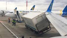 В аеропорту «Бориспіль» за день трапилось одразу дві ДТП з вантажівками. Фото