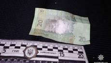 Три згортки з наркотиками та номерні знаки виявили патрульні в автомобілі нетверезого водія. Фото