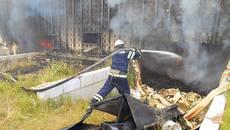 Рятувальники Борисполя запобігли вибуху газових балонів під час пожежі. Фото