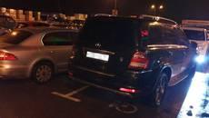 Тисяча гривень за паркування на місці для інвалідів: патрульні Борисполя оштрафували водія Mercedes. Фото
