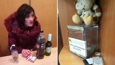 У Борисполі жінка вкрала гроші зі скриньки для збору коштів учасникам АТО. Фото