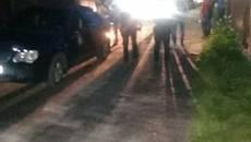 Неповнолітній ром на авто врізався в огорожу будинку – на захист стали озброєні товариші. Фото