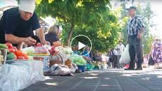 Стихійна торгівля в центрі Борисполя: продукти з підлоги та з присмаком автомобільних відходів. Відео