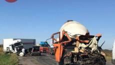Нічна ДТП на Бориспільській кільцевій: зіткнулися дві фури та бетонозмішувач, є загиблий. Фото