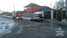 Автомобіль, який загорівся просто під час руху, помітили у Борисполі. Фото