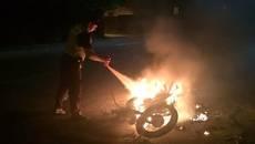 У Борисполі мотоцикл «Ява» загорівся просто під час руху. Фото