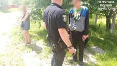Патрульні Борисполя «за гарячим слідом» затримали викрадачів каналізаційного люку. Фото