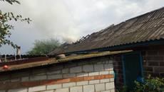 На Бориспільщині блискавка влучила у приватну господарчу будівлю: вогонь знищив покрівлю. Фото