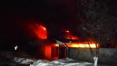 У Борисполі горіла будівля: роботу вогнеборців ускладнили засипані снігом гідранти. Фото