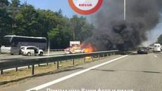 Серйозна ДТП на Бориспільській трасі: загорілось авто, постраждали жінка та дитина. Фото