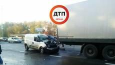 На Бориспільському шосе автомобіль на шаленій швидкості врізався у вантажівку. Фото