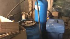 Із підпільного цеху на Бориспільщині вилучили понад 10 000 літрів сурогатного алкоголю. Фото