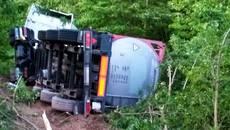 Водій вантажівки не впорався з керуванням на трасі – авто злетіло у кювет. Фото