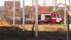 Через підпал сухої трави у Борисполі вогонь підступив впритул до житлових будинків. Відео